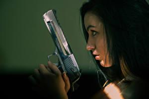 Обои Пистолеты Взгляд Desert Eagle Девушки фото