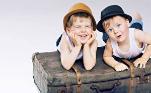 Фотография Мальчишки Двое Шляпа Чемодан Улыбка Милый ребёнок