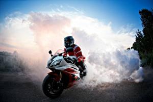 Обои Мотоциклист Шлем Дым Мотоциклы фото