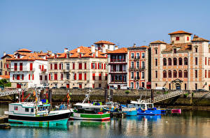 Обои Франция Здания Причалы Катера Saint-Jean-de-Luz Города