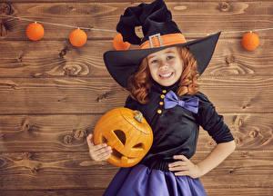 Фотографии Праздники Хеллоуин Тыква Девочки Шляпе Улыбается ребёнок