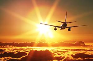 Обои Самолеты Пассажирские Самолеты Облака Солнце Полет Авиация фото