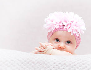 Картинки Грудной ребёнок Девочки Шапки Взгляд ребёнок
