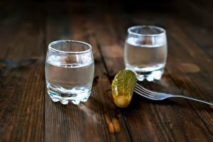 Фотографии Напитки Водка Огурцы Рюмка Вдвоем Вилка столовая Пища