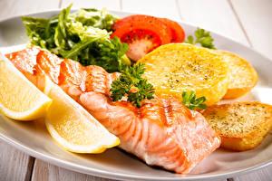 Обои Вторые блюда Рыба Картофель Овощи Лимоны Еда фото