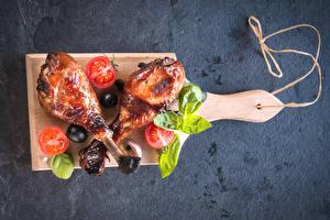 Обои Мясные продукты Курица запеченная Овощи Разделочной доске Продукты питания