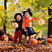 Обои Осень Хеллоуин Тыква Двое Листья Шляпа Юбка Мальчики Девочки Дети фото