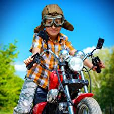 Обои Мальчики Шлем Мотоциклист Очки Дети Мотоциклы фото
