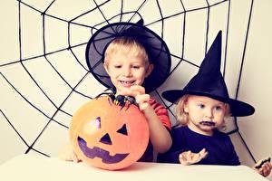 Обои Хеллоуин Мальчики Два Шляпа Паутина Девочки ребёнок