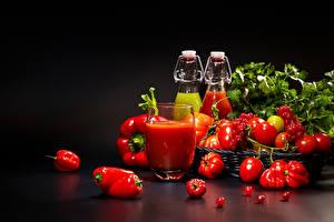 Фотографии Овощи Томаты Перец На черном фоне Стакане Пища