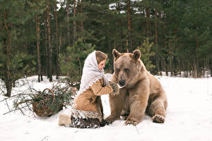 Обои Медведи Бурые Медведи Снег Животные Девушки фото