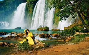 Обои Водопады Природа Девушки фото