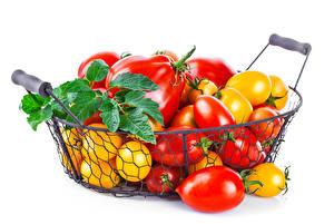 Фотографии Овощи Томаты Корзинка Листья Белый фон Еда