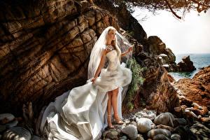 Обои Камень Блондинка Платья Невесты Ноги Девушки