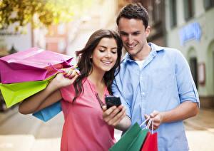 Фотографии Мужчины Влюбленные пары 2 Улыбка Шатенка Покупки Бумажный пакет молодая женщина