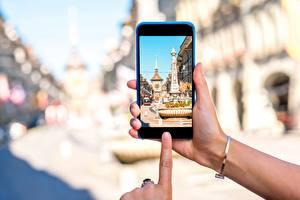 Картинки Швейцария Берн Смартфон Телефона Рука Улица Города