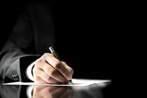 Фотографии Бизнес Шариковая ручка Рука Лист бумаги Костюм Черный фон contract