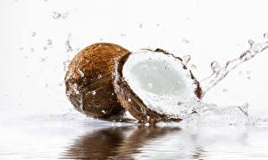 Фотографии Кокосы Вода Брызги Белый фон