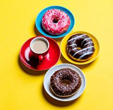 Фотографии Выпечка Кофе Шоколад Пончики Цветной фон Чашке Тарелка Блюдце Еда