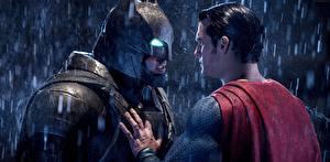 Картинки Бэтмен против Супермена: На заре справедливости Бэтмен герой Супермен герой Маски Дождь Мужчины Henry Cavill Бен Аффлек Двое Шлем Кино Знаменитости
