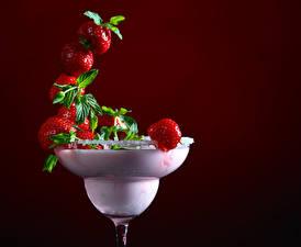 Картинки Напитки Клубника Цветной фон Бокалы Дизайн Пища
