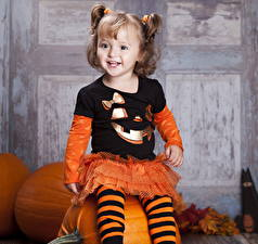 Обои Хеллоуин Тыква Девочка Улыбка Униформа ребёнок