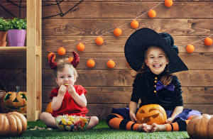 Обои для рабочего стола Хэллоуин Тыква Девочки 2 Улыбка Униформе Шляпы ребёнок