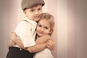 Обои Любовь Мальчики Девочки Двое Руки Объятие Ребёнок