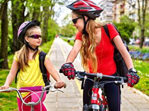 Картинки Велосипедный руль Два Девочка Шлем Очки Перчатки Велосипеды ребёнок Спорт