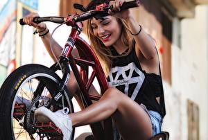Фотография Велосипедный руль Велосипед Улыбается Ног Девушки
