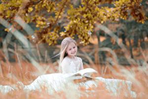 Обои Осень Девочки Улыбка Книга Дети фото