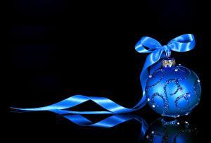 Обои Новый год Шарики Синий Лента Бантик Черный фон фото
