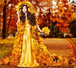 Обои Осень Шатенка Платье Листья Дизайн Девушки фото