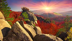 Обои Украина Горы Пейзаж Рассветы и закаты Осень Камни Карпаты Лучи света Природа фото