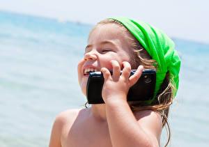 Обои Девочки Телефон Улыбка Смартфон Смех Счастье Дети