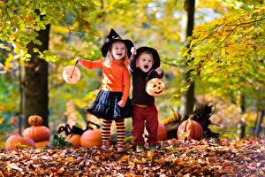 Обои Хеллоуин Осень Тыква Двое Мальчики Девочки Шляпа Листья Дети фото