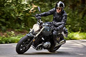 Обои BMW Мотоциклист Шлем Очки Движение 2016 R nineT Pure Мотоциклы фото