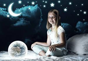 Фотография Звезды Полумесяц Девочка Ночь Луна Улыбается Земля Кровать Дети