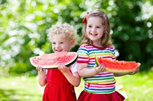 Обои Арбузы Мальчики Девочки Улыбка Двое Кусок Дети фото