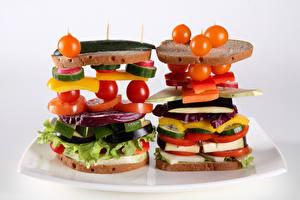 Фотографии Фастфуд Бутерброд Хлеб Помидоры Овощи Две Белый фон Еда
