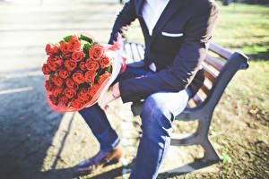 Фотографии Розы Букеты Мужчины Сидящие Скамейка Цветы