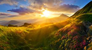 Обои Рассвет и закат Пейзаж Горы Траве Облака Лучи света Природа