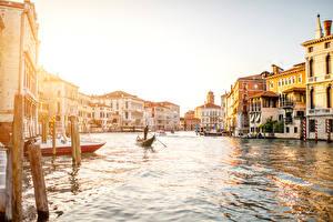 Картинка Италия Дома Лодки Венеция Водный канал