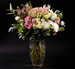 Обои Букеты Гортензия Розы Эустома Черный фон Ваза Цветы фото