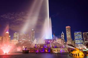 Фото Америка Фонтаны Дома Чикаго город Ночью С брызгами Buckingham fountain Города