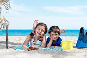 Фотография Побережье Мальчики Девочки Вдвоем Улыбка Пляж Ребёнок