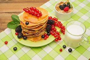 Картинки Блины Ежевика Молоко Смородина Кружки Тарелка Еда