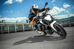 Обои КТМ Мотоциклист Шлем 2016 250 Duke Мотоциклы