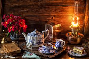 Обои Натюрморт Чайник Букеты Чай Пирожное Керосиновая лампа Лампа Чашка Еда