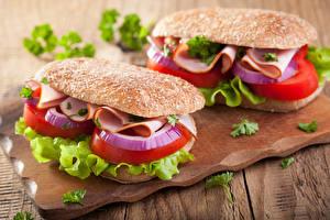 Фотографии Фастфуд Бутерброды Булочки Овощи Двое Разделочной доске Пища